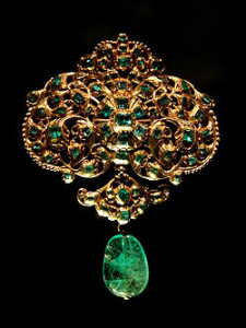 Spanish_jewellery-Gold_and_emerald_pendant_at_VAM-01